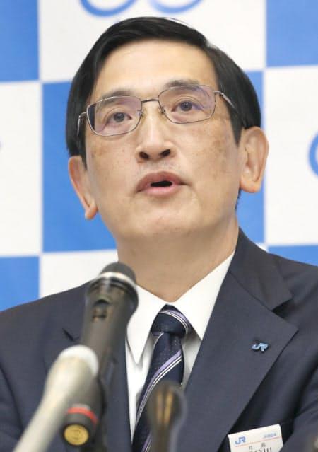 記者会見するJR西日本の長谷川社長(2日午前、大阪市北区)
