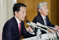 野村HDのグループCEOに就任する奥田氏(左)と会長に就く永井氏(2日、東京都中央区)