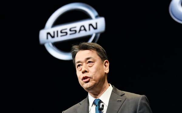 記者会見する日産自動車の内田誠社長兼CEO(2日、横浜市西区)