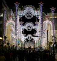 阪神大震災の犠牲者を追悼する、光の祭典「神戸ルミナリエ」の試験点灯(2日夜、神戸市)=共同