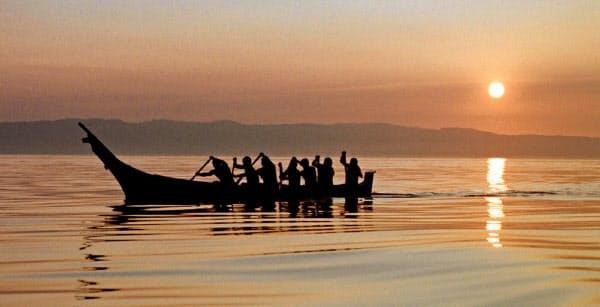捕鯨の練習をするマカ族(1998年、ワシントン州)=AP