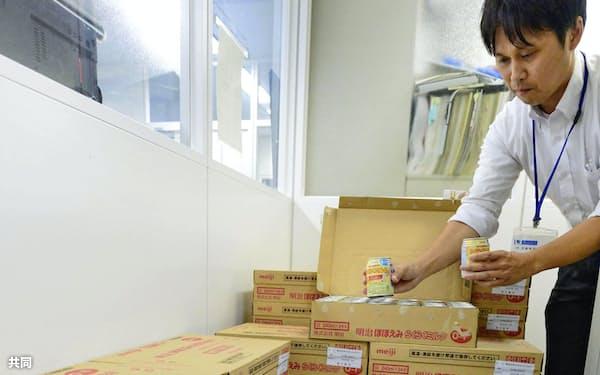 大阪府東大阪市役所で備蓄されている液体ミルク=共同