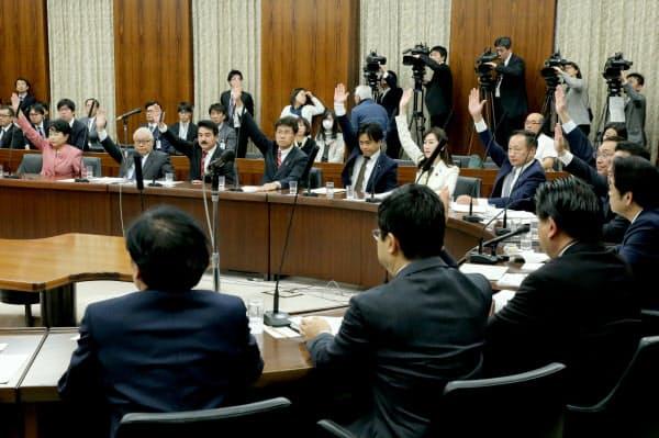 与党などの賛成多数で日米貿易協定の承認案を可決した参院外交防衛委(3日)