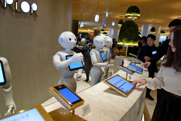 ヒト型ロボット「ペッパー」が注文や接客する「ペッパーパーラー」(3日、東京・渋谷)