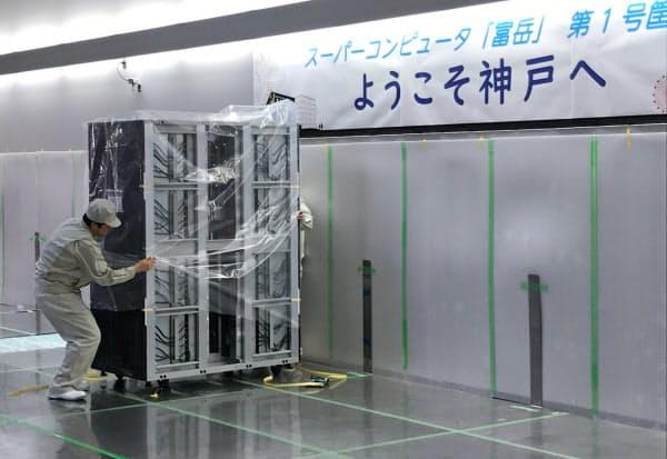 次世代スパコン「富岳」の最初の計算機が理研に搬入された(3日、神戸市)