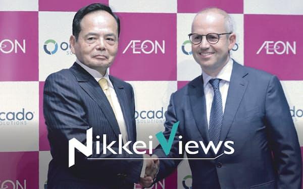 オカドのスタイナー最高経営責任者(CEO)(右)と握手するイオンの岡田社長