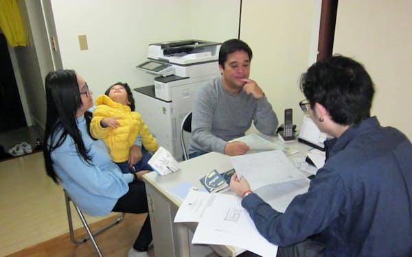 ビザ延長手続き依頼のためNPO法人「ブラジル・サポートセンター」を訪れたブラジル人