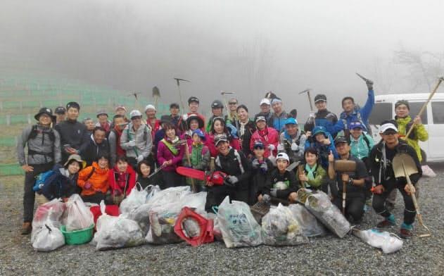 毎年レースが行われる富士山周辺で楽しくゴミ拾いをしている