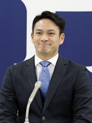 契約交渉を終え、記者会見する広島の田中広(3日、マツダスタジアム)=共同