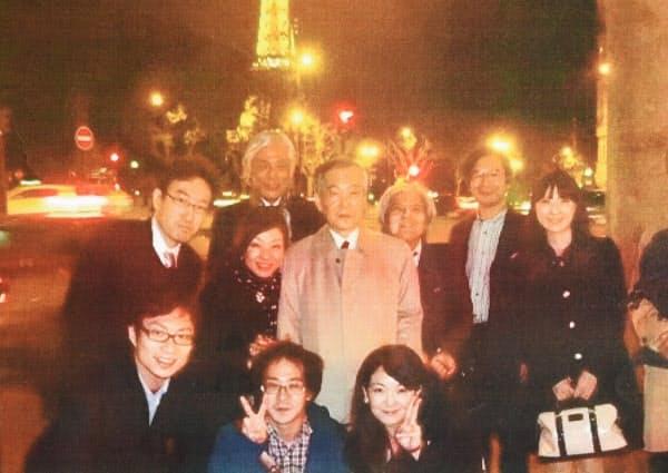 2014年に学会で訪れたパリで関係者と(中央が橘木さん)