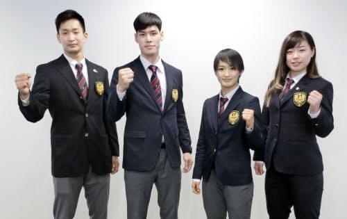 帰国し写真撮影に応じる空手日本代表の(左から)荒賀龍太郎、西村拳、清水希容、植草歩(3日、羽田空港)=共同
