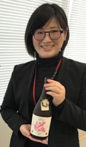米焼酎のデザインやネーミングに関わった町職員の中嶋千代美さん(3日、熊本県益城町)