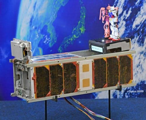 超小型衛星「ジーサテライト」の試作品(3日、東京都港区)