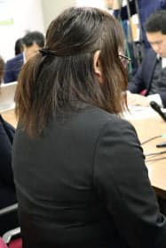 記者会見する申立人の契約社員(3日、兵庫県尼崎市)=共同