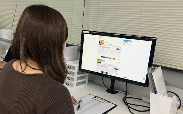 新卒学生のスカウトサービス「オファーボックス」の画面には学生たちのプロフィルが並ぶ(写真中の名簿はイメージ)
