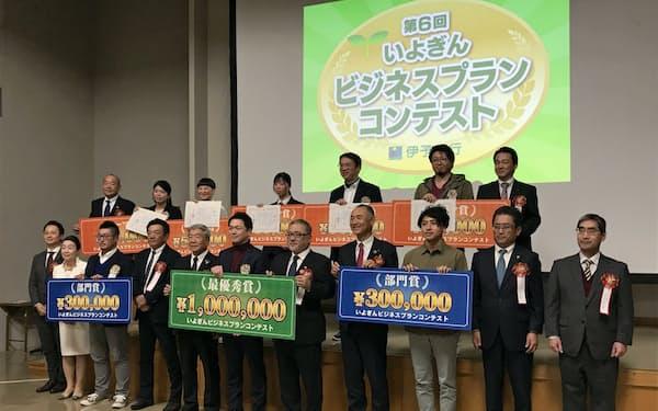 最優秀賞を受賞したカマエイドを運営する門間社長(前列中央)ら(3日、松山市)
