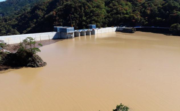満々と水をためた八ツ場ダムの様子は災害対策の公共事業拡大を求める声を勢いづけた(10月23日、群馬県長野原町)