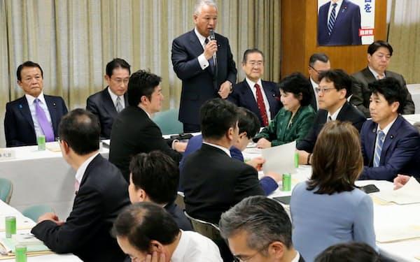 自民党本部で開かれた税制調査会総会(11月)