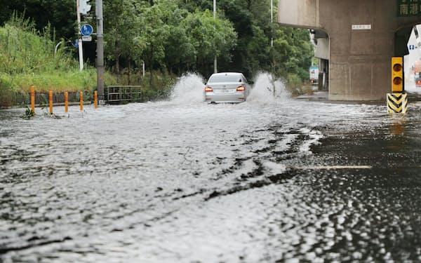 台風21号の影響で冠水した道路(2018年9月4日、大阪市住之江区)