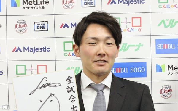 契約更改交渉を終え、ポーズをとる西武・源田(3日、埼玉県所沢市の球団事務所)=共同