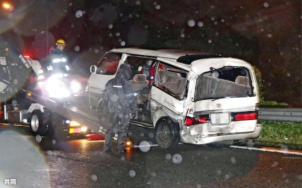 2017年6月、無理やり停止させられた車の夫婦にトラックが追突し死亡した事故で、移動される車両(神奈川県大井町の東名高速道路)=共同