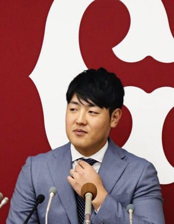 契約更改を終え、記者会見する巨人の岡本(3日、東京・大手町の球団事務所)=共同