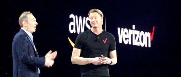 提携を発表する米アマゾン・ウェブ・サービスとベライゾン・コミュニケーションズのトップ(米ラスベガス)