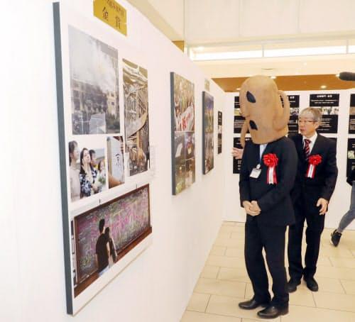 展示された写真を見る堺市のハニワ部長(4日午前、京都市南区)