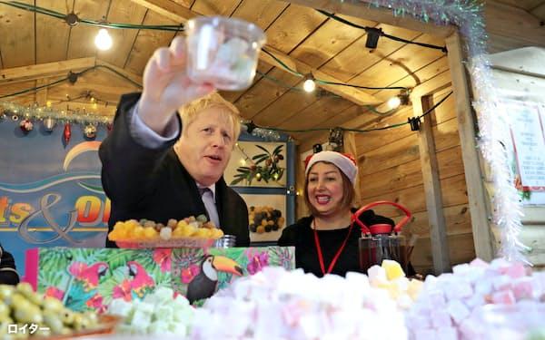NATOサミット直前の12月3日にソールズベリーを訪れるジョンソン英首相=ロイター