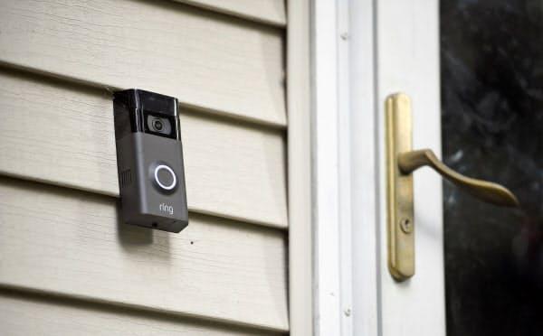 米アマゾン・ドット・コムは、カメラ付きドアホンを通じて「街中のデータを集めようとしている」と批判を浴びた=AP