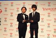 「ヤフー検索大賞2019」で大賞を受賞した俳優の横浜流星さん(右)とトロフィーを授与するヤフーの宮沢弦常務執行役員(左)