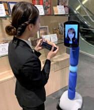 「ニューミー」に顔を表示し、離れた場所からでも店員とコミュニケーションを取りながら買い物ができる(4日、東京都中央区)
