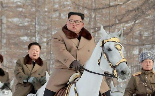 白馬に乗って白頭山を視察した北朝鮮の金正恩朝鮮労働党委員長(朝鮮中央通信=共同)