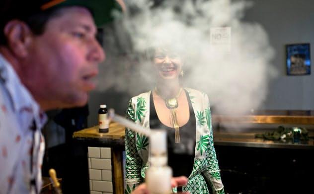 米国の合法化された州では大麻を吸える店もある(カリフォルニア州)=ロイター