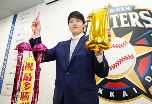 契約更改交渉を終え、ポーズをとる日本ハムの有原航平投手(4日、札幌市内の球団事務所)=共同