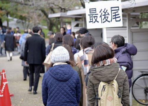 小学2年の女児が連れ去られ殺害された事件の裁判員裁判の判決で、傍聴券を求めて並ぶ人たち(4日、新潟市中央区)=共同
