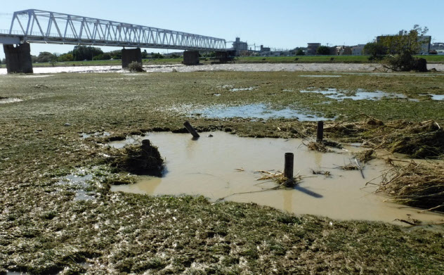 東京都調布市などは河川敷の運動施設の復旧費用を補正予算案に計上した(10月の台風19号通過直後の同市の運動施設)