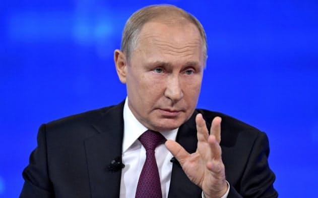 20日の直接対話で、国民の質問に答えるプーチン大統領=ロイター