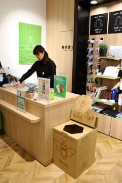 衣服をリサイクルしたシャツの製造に向け、12月から東京・立川の直営店に回収ボックスを設置した
