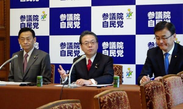 参院改革のキーマンとなる自民党の世耕弘成参院幹事長=写真中央(3日、国会内)
