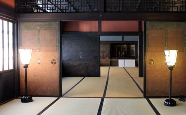 襖や欄間などいたるところに意匠をちりばめた「角屋」2階の座敷