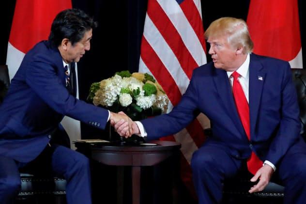 安倍晋三首相(左)とトランプ米大統領が合意した日米貿易協定が2020年1月1日に発効する=ロイター