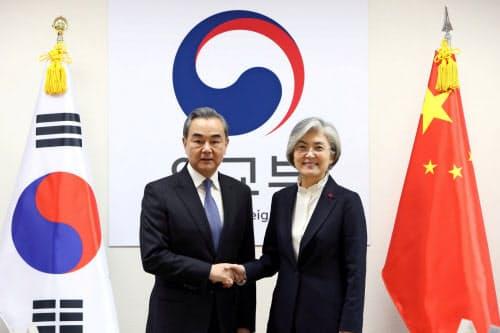 ソウルで会談した中国の王毅外相(左)と韓国の康京和外相(4日)=ロイター