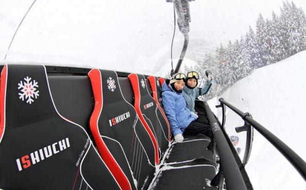 フード付き6人乗りのリフトは座面にヒーターを付けた(石打丸山スキー場)