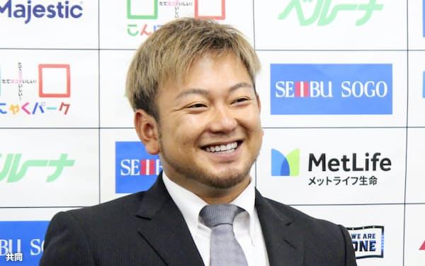 契約更改交渉を終え、笑顔を見せる西武の森(4日、埼玉県所沢市の球団事務所)=共同