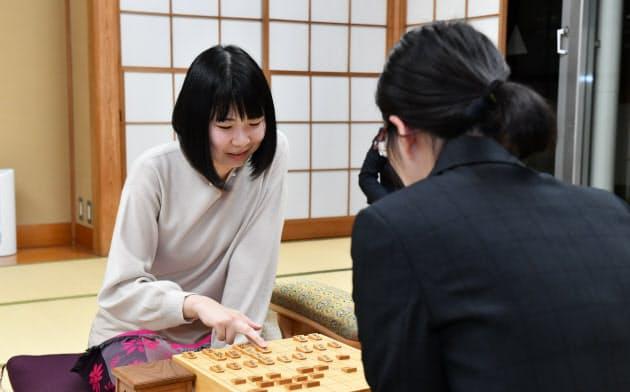 西山女王が奪取、三冠に 将棋リコー杯女流王座戦