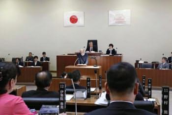 建築物の高さを制限する条例案を採決するため開かれた大阪府島本町議会=4日、大阪府島本町役場