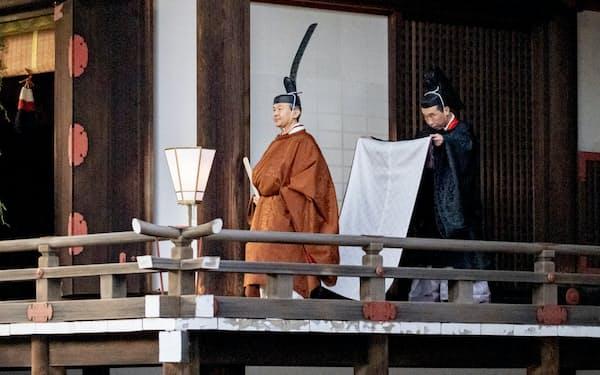 宮中三殿の賢所で、一連の即位関連儀式の締めくくりとなる「御神楽の儀」に臨んだ天皇陛下(4日、皇居)=宮内庁提供