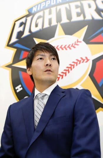 契約更改交渉を終え、記者会見する日本ハムの有原航平投手(4日、札幌市内の球団事務所)=共同