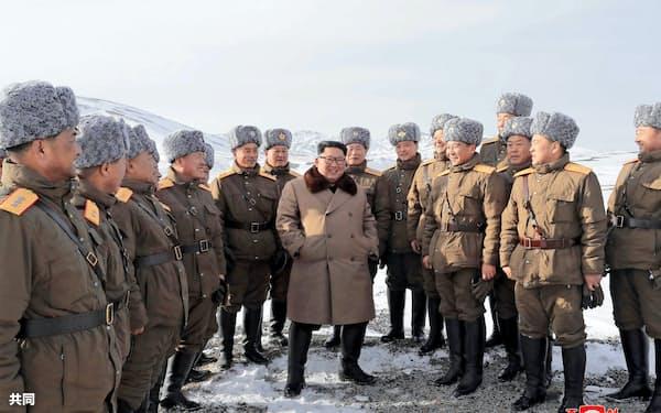 北朝鮮北部両江道の白頭山に登った金正恩朝鮮労働党委員長(中央)=朝鮮中央通信・共同